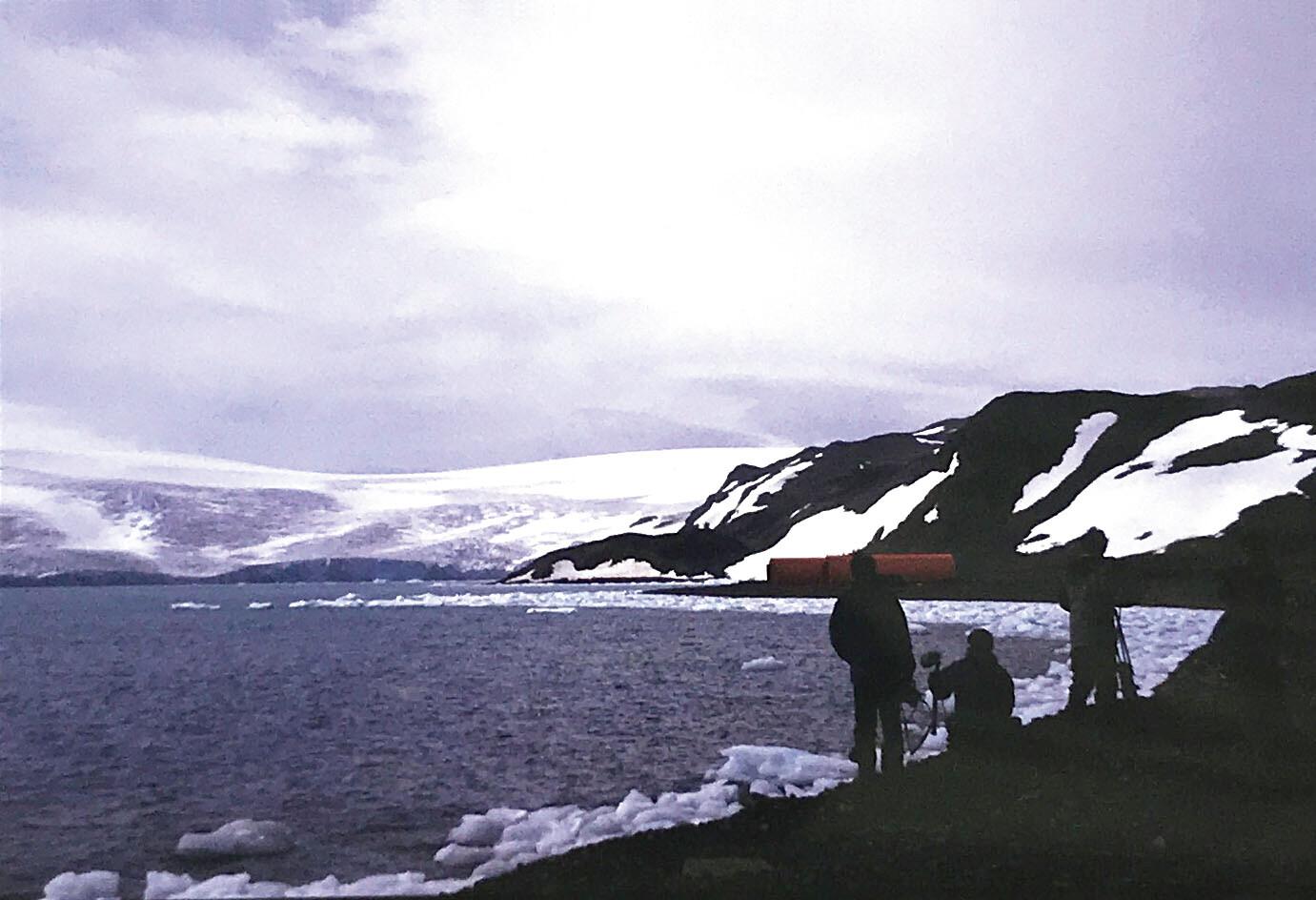 特番『Mr.マリックの大冒険!南極大陸』 制作時、南極で取材する関西テレビクルー